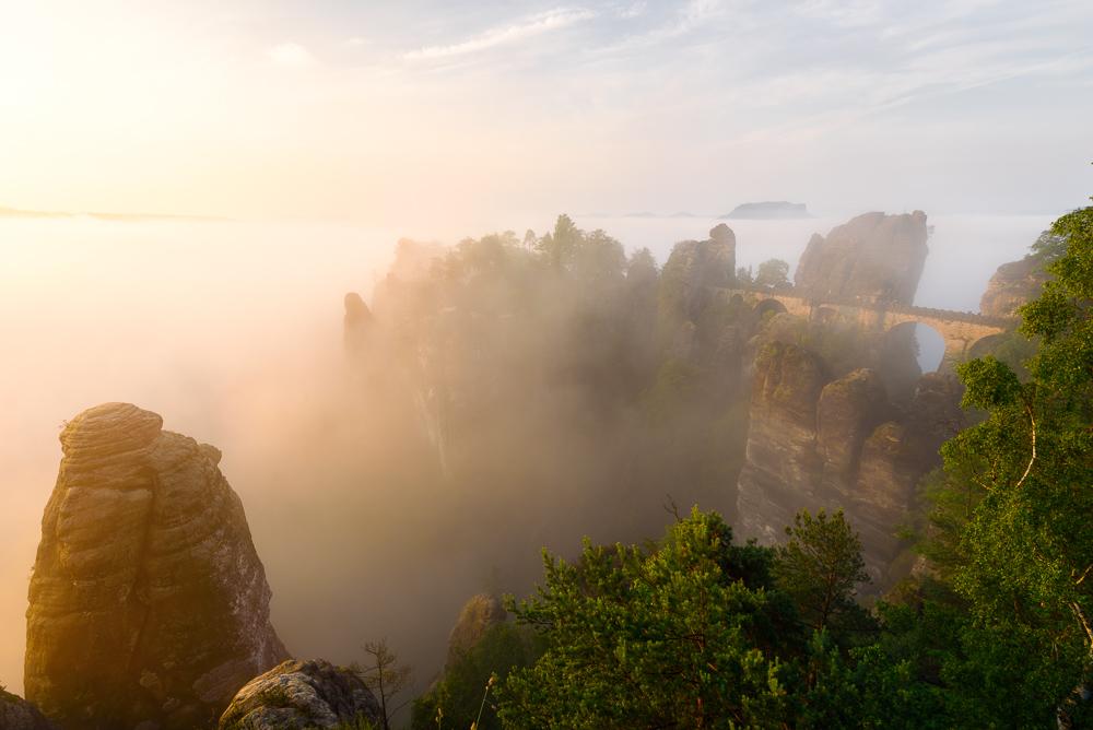 Die Basteibrücke im Nebel